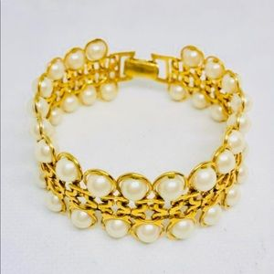 1980s vintage bracelet in gold tone and pearls